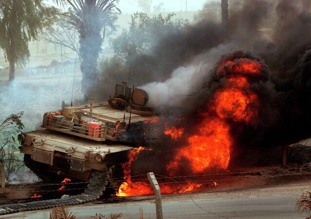 Tanque americano Abrams em chamas
