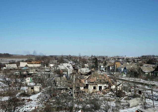 Edifícios danificados pelos combates na vila de Nikishine