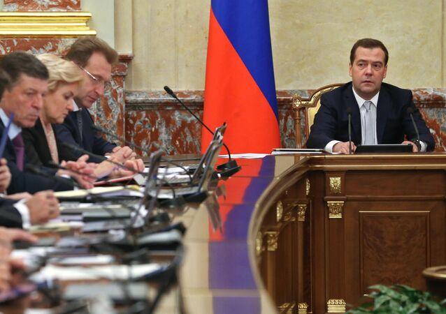 Dmitry Medvedev em reunião de governo