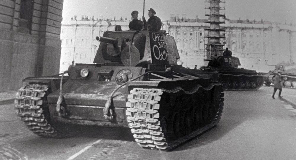 Tanques partem para a frente de batalha durante a Segunda Guerra Mundial