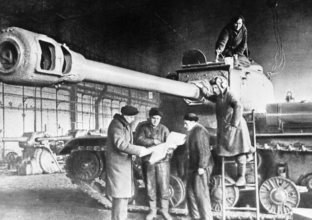 Funcionários de uma planta preparam o tanque soviético IS (a sigla derivada de Iosef Stalin) para a frente de batalha durante a Segunda Guerra Mundial