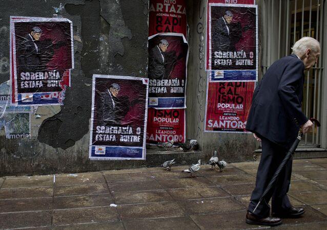 Cartazes rezando Soberania ou calote dos abutres em uma parede em Buenos Aires