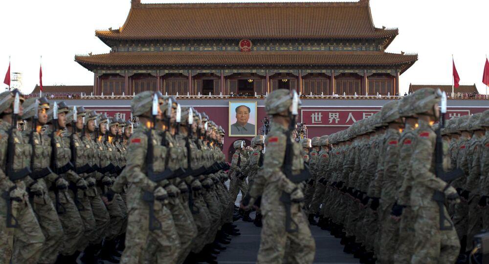 Soldados chineses desfilam em Pequim, 3 de setembro de 2015