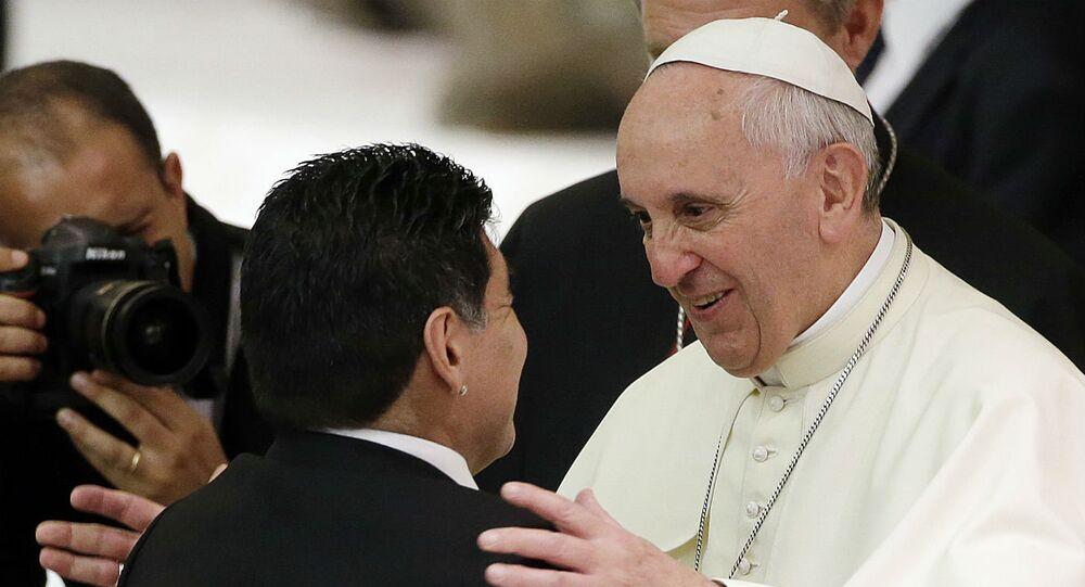 Diego Maradona e Papa Francisco.