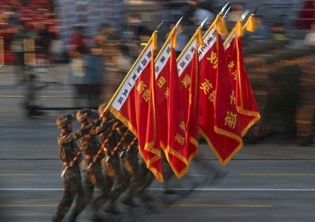 Soldados do Exército de Libertação Popular da China desfilam carregando bandeiras com nomes de algumas tropas do Exército de Libertação Popular da China durante o ensaio antes da parada militar em homenagem aos 70 anos da vitória na Segunda Guerra Mundial, Pequim, China, 3 de setembro de 2015