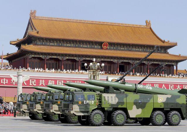 Veículos militares transportam mísseis balísticos de curto alcance DF-15B passando pela Porta de Tianamen durante a parada militar em homenagem aos 70 anos da vitória na Segunda Guerra Mundial, Pequim, China, 3 de setembro de 2015