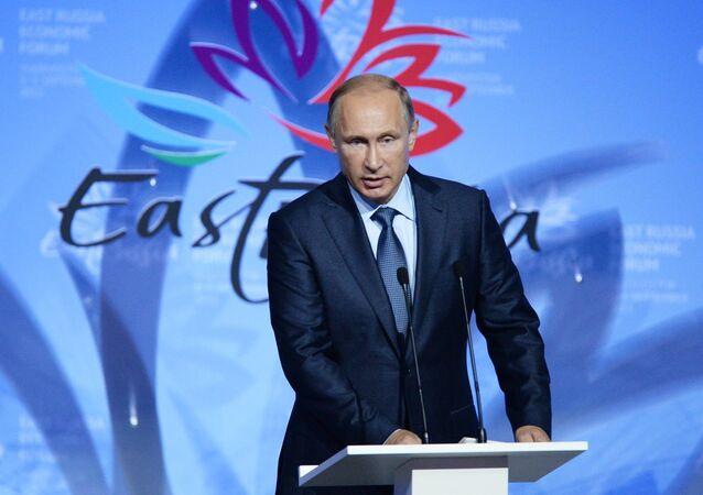 Presidente da Rússia, Vladimir Putin, discursa durante a cerimônia de abertura do primeiro Fórum Econômico do Oriente, em Vladivostok, em 4 de setembro de 2015