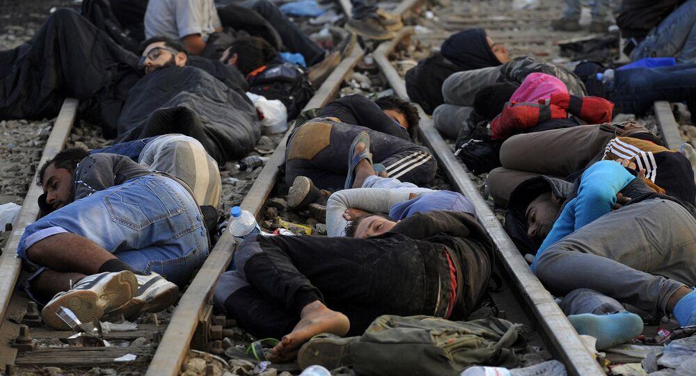 Refugiados e migrantes dormindo perto da fronteira entre Grécia e Macedônia, em setembro de 2015