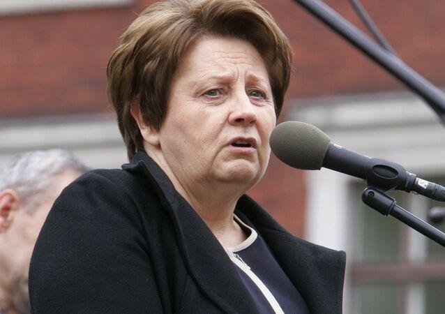 Laimdota Straujuma, primeira-ministra da Letônia, dirige um discurso ao povo durante uma manifestação. Foto de arquivo