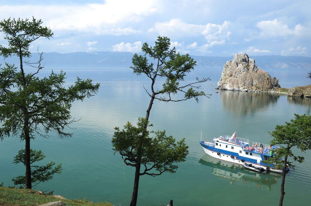 Navio navegando no lago Baikal perto da ilha de Olkhon