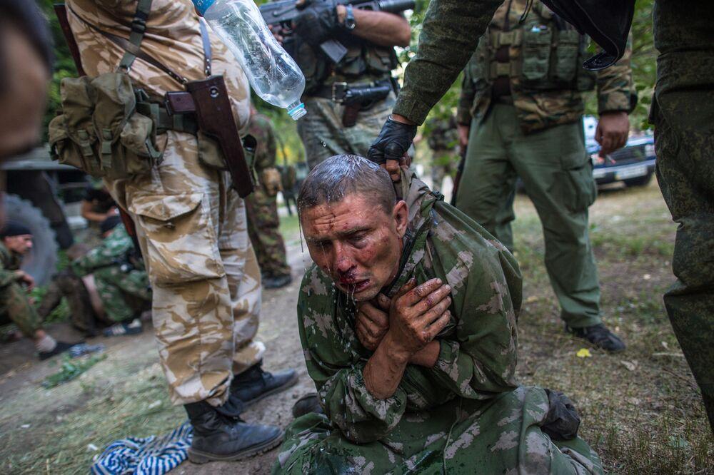 Paraquedista ucraniano feito prisioneiro durante a batalha pela cidade de Shakhtersk.