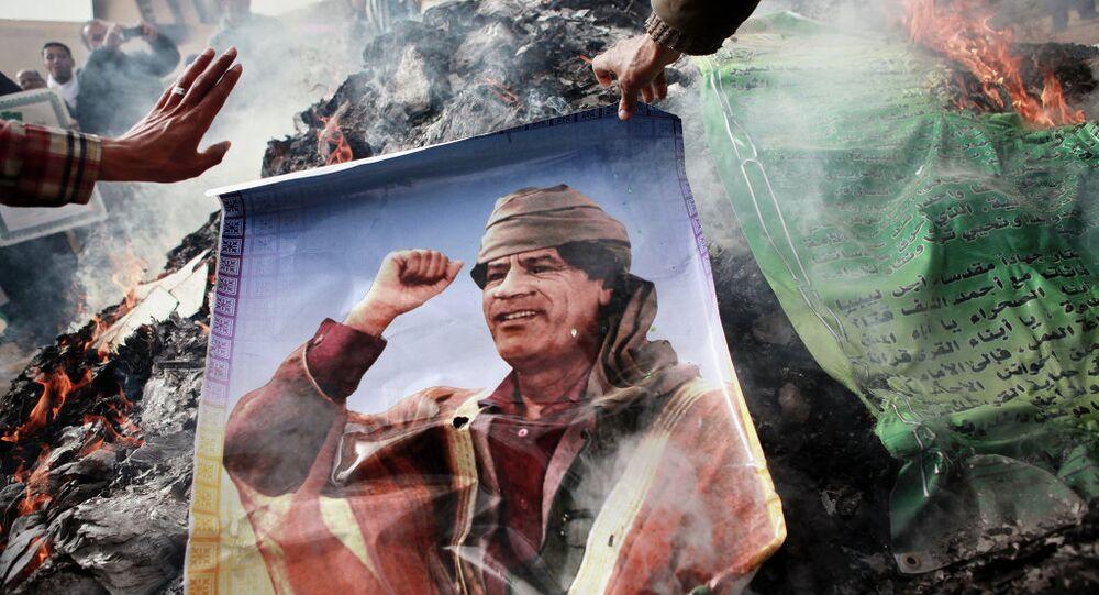 Moradores de Bengasi queimam retratos de Muammar Kadhafi