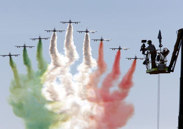 Equipe de acrobacias aéreas da Força Aérea Italiana desenha no céu bandeira italiana no início do Grand Prix da F1 em Monza, norte da Itália (imagem referencial)