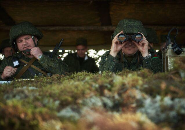 Militares das Forças Armadas bielorrussas no posto móvel de comando durante os exercícios conjuntos da Rússia e Bielorrússia 'Escudo da União'