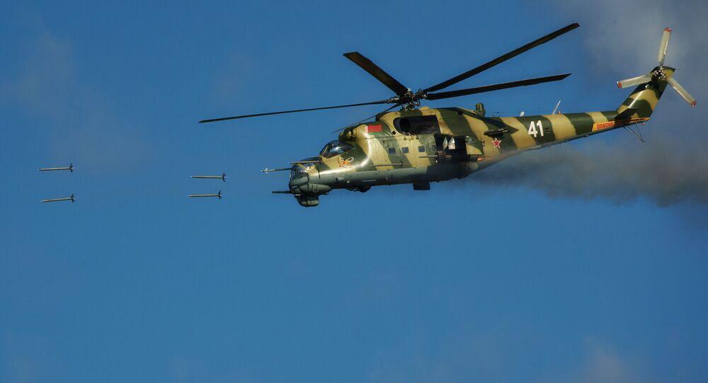 Helicóptero Mi-24 da Força Aérea bielorrussa fazendo fogo com projeteis a jato não controlados e canhões durante os exercícios conjuntos da Rússia e Bielorrússia 'Escudo da União'