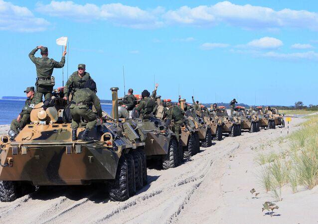 Veículos blindados de transporte de pessoal BTR-80 durante os exercícios conjuntos da Rússia e Bielorrússia