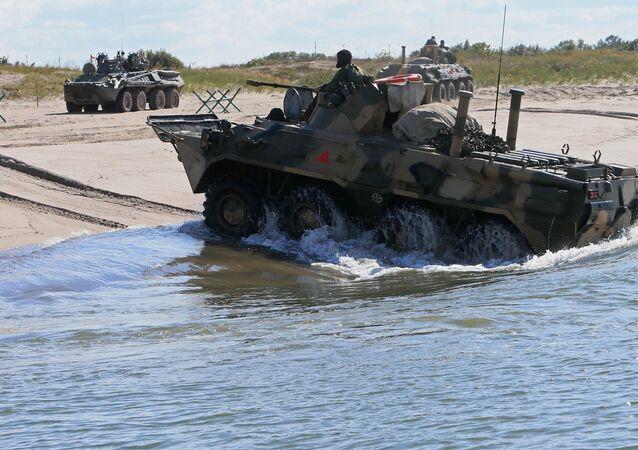 Veículo blindado de transporte de pessoal BTR-80 na Bielorrússia