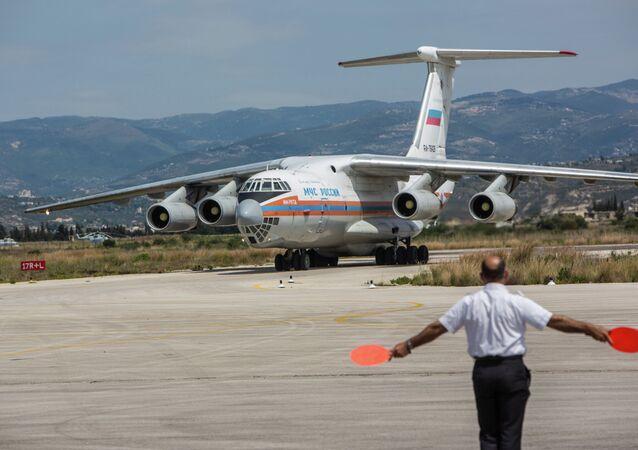 Avião EMERCOM russo com ajuda humanitária para o povo sírio no aeroporto de Latakia