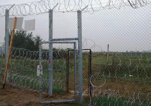 Cerca de arame farpado erguida na fronteira entre Sérvia e Hungria