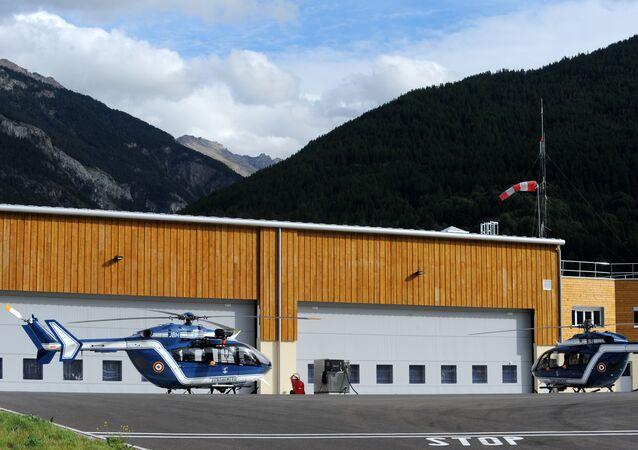 Helicópteros utilizados no resgate dos corpos no Maciço dos Écrins, nesta terça-feira, 15 de setembro