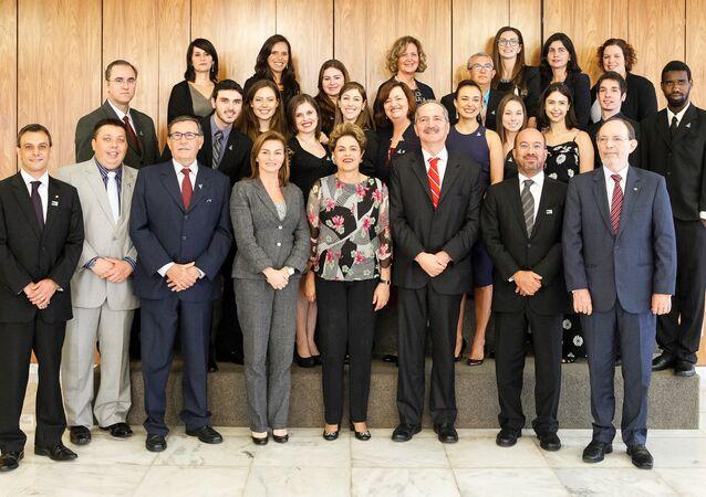 Presidenta Dilma Rousseff e premiados do Programa Jovem Cientista 2015