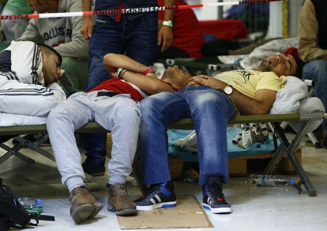 Imigrantes descansam em camas em um abrigo em Freilassing, Alemanha, 17 de setembro de 2015