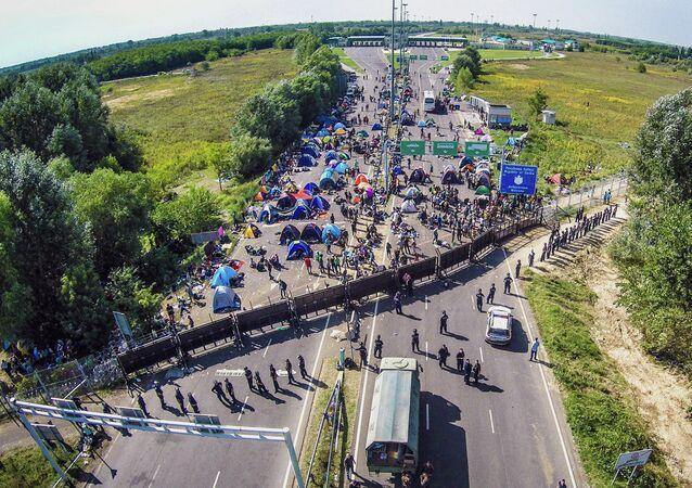 Sem poder entrar na Hungria, refugiados decidem acampar ao longo do lado sérvio da fronteira