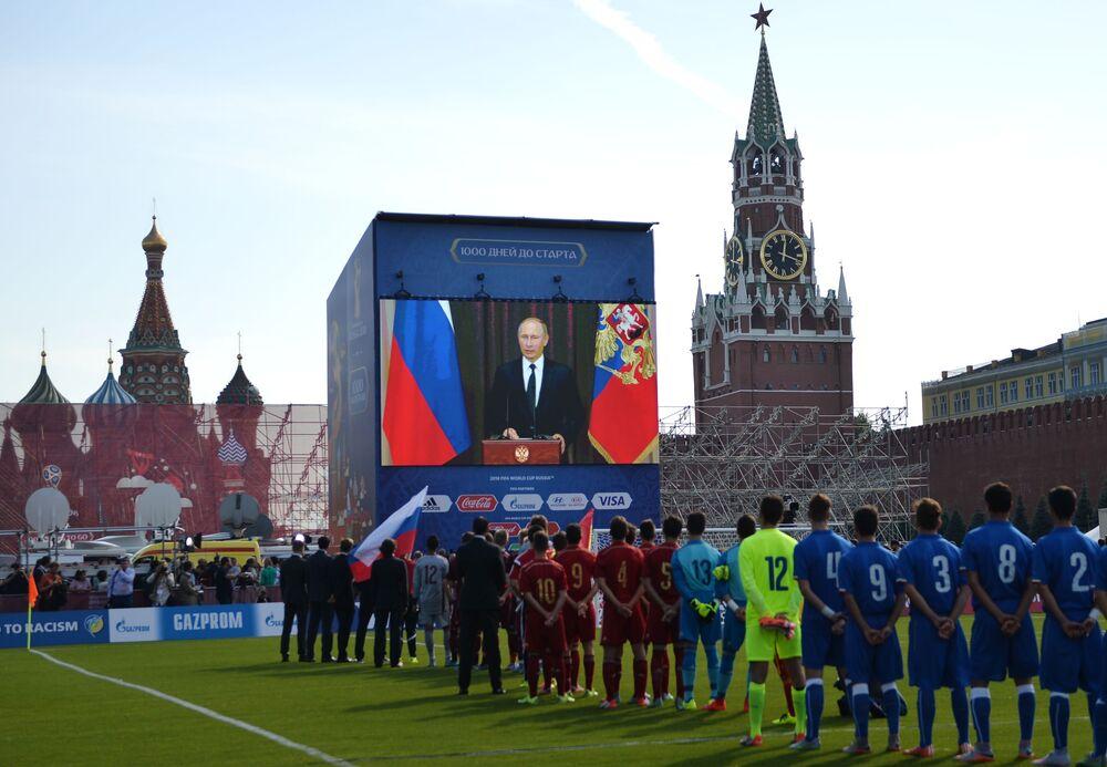O presidente russo Vladimir Putin participou do evento via conexão televisiva