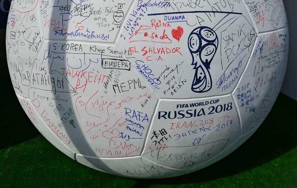 Objeto de arte bola de futebol com autógrafos de fãs de futebol durante comemorações de 1.000 dias até a Copa do Mundo de Futebol 2018 na Rússia