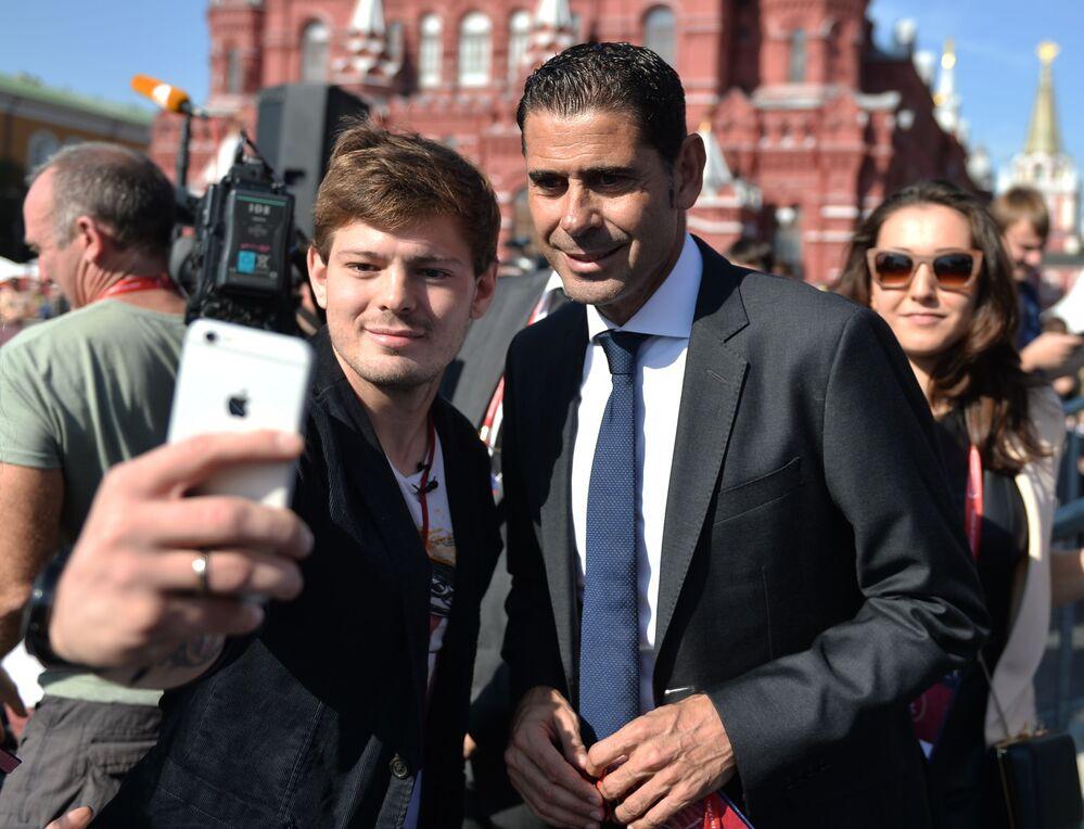 Futebolista espanhol Fernando Hierro tirando selfie com fãs de futebol durante comemorações de 1.000 dias até a Copa do Mundo de Futebol 2018 na Rússia