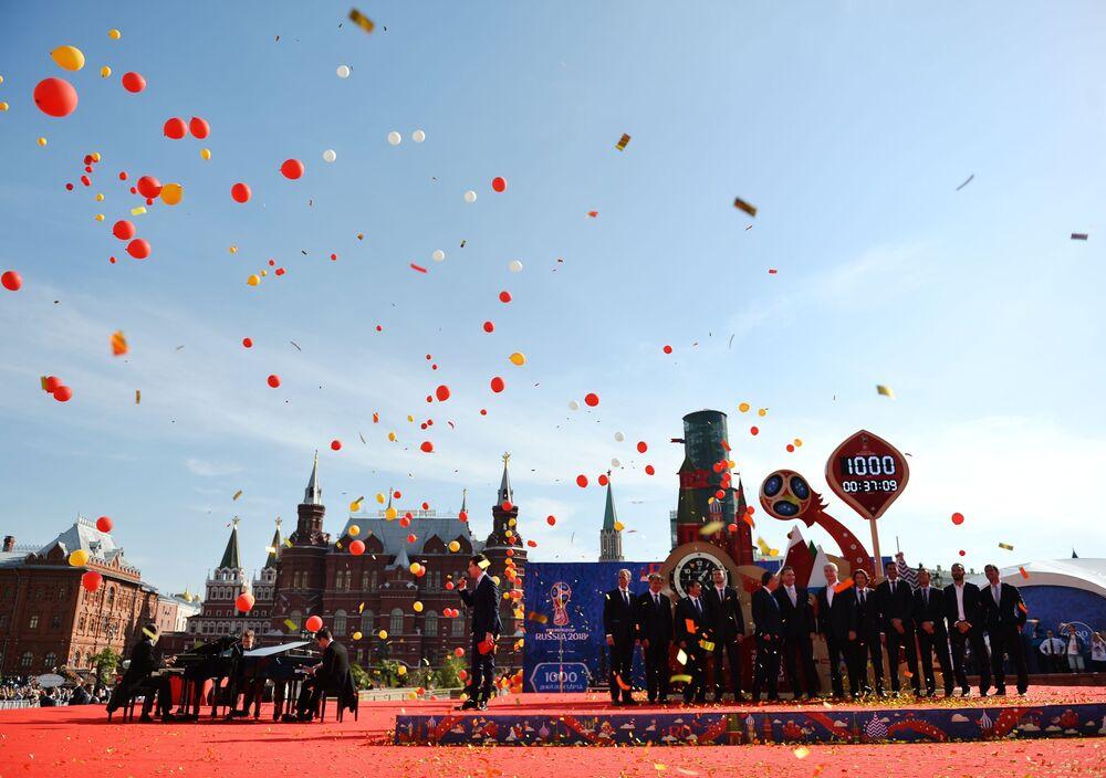 A cerimônia de lançamento de relógios de contagem regressiva na praça Manezhnaya (Moscou) durante comemorações de 1.000 dias até a Copa do Mundo de Futebol 2018 na Rússia