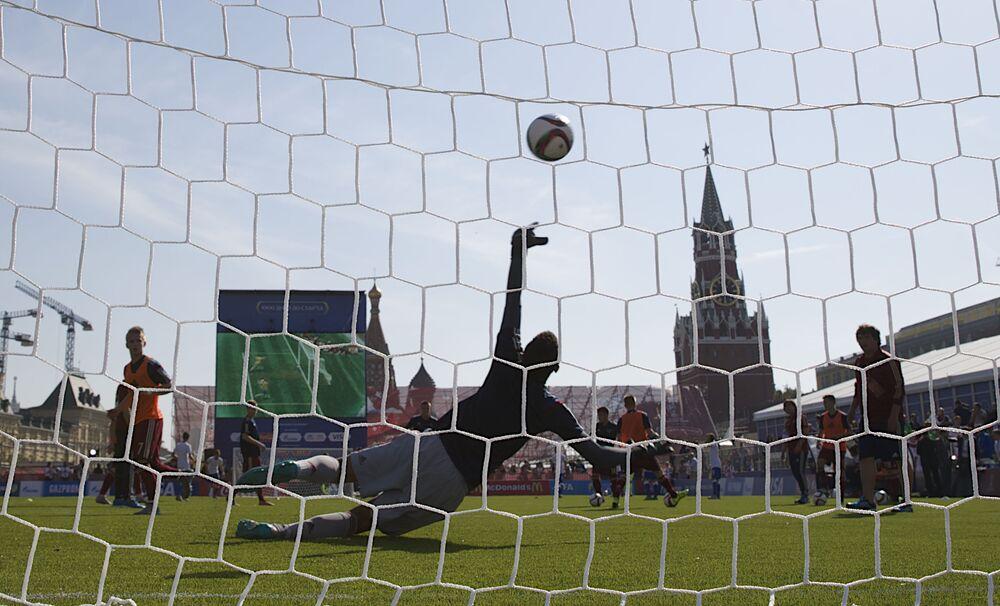 Um goleiro tenta pegar a bola na praça Vermelha (centro de Moscou) no âmbito de eventos dedicadas à comemoração de 1.000 dias até a Copa do Mundo de Futebol 2018 na Rússia