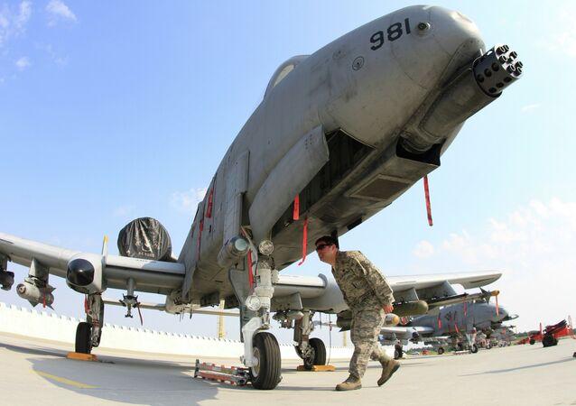 Técnico de vôo dos EUA verifica o corpo de um trovão A-10 na base da Força Aérea de Namest perto de Brno, onde está participando dos exercícios militares conjuntos da OTAN, Ramstein Rover