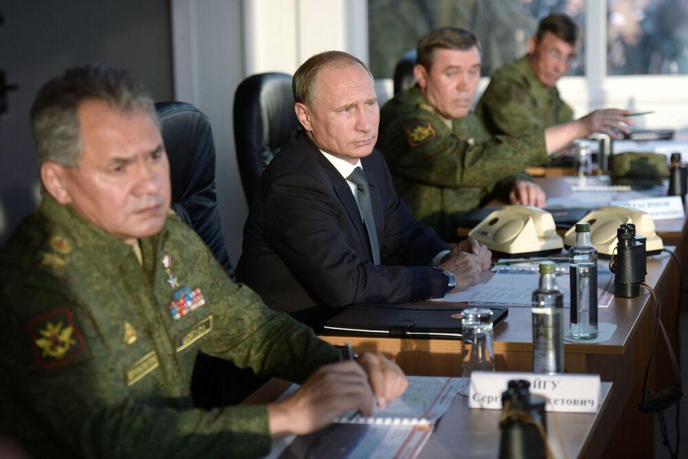 Presidente e Comandante Supremo da Federação da Rússia Vladimir Putin acompanha os exercícios estratégicos Centro-2015 na região de Orenburg.