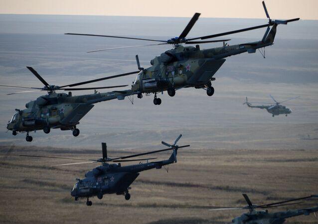 Helicópteros da Força Aérea russa durante os exercícios estratégicos Centro-2015 na região de Orenburgo