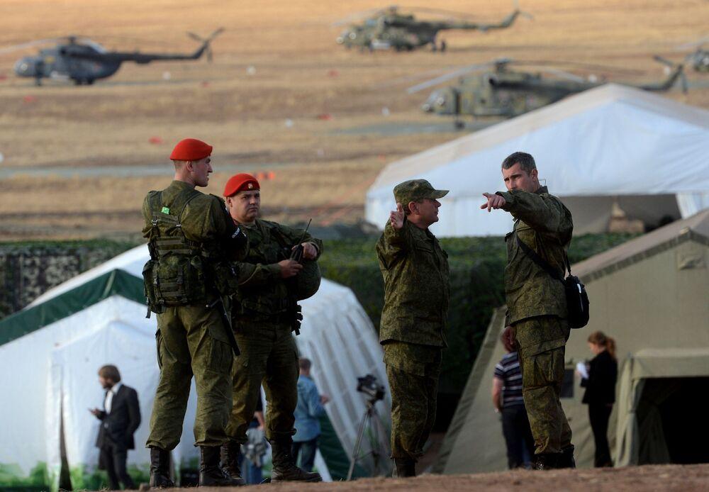 Militares russos nos exercícios estratégicos Centro-2015.