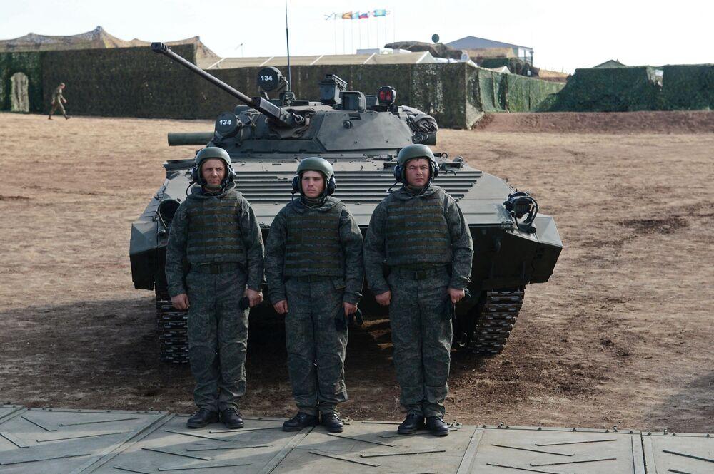 A tripulação do veículo de combate da infantaria durante os exercícios Centro-2015 na região de Orenburg.