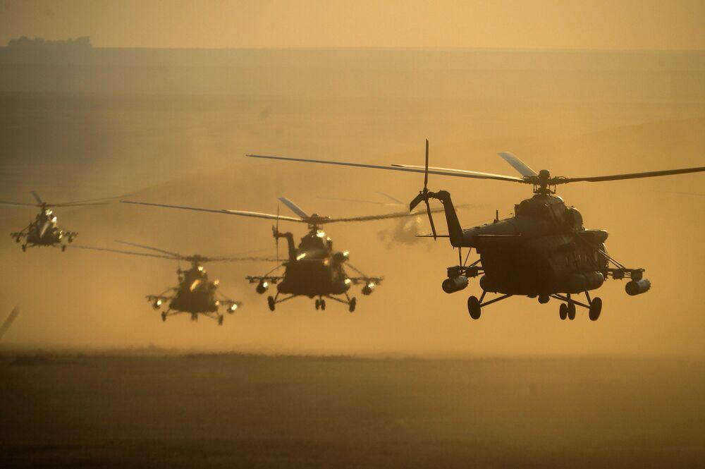 Os helicópteros das Forças Aéreas da Rússia nos exercícios Centro-2015.