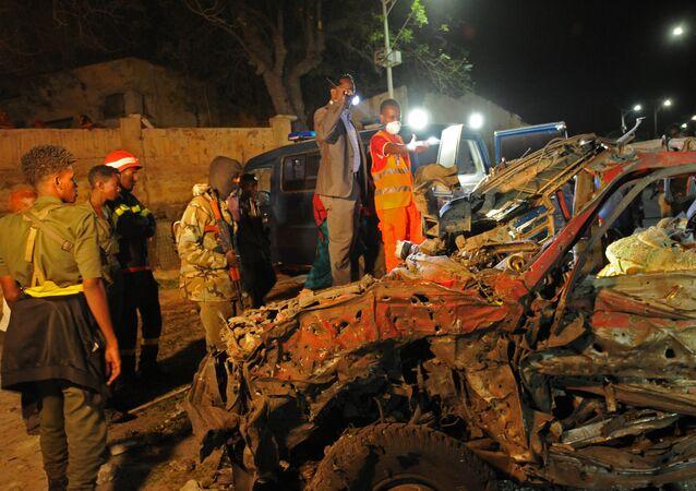 Restos do carro detonado nesta segunda-feira (21) perto da Villa Somalia, em Mogadíscio