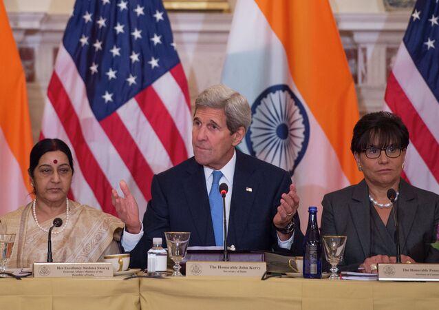 O secretário de Estado dos EUA, John Kerry, durante encontro com a chanceler indiana, Sushma Swaraj, e a secretária de Comércio dos EUA, Penny Pritzker, em Washington, nesta terça-feira, 22 de setembro de 2015