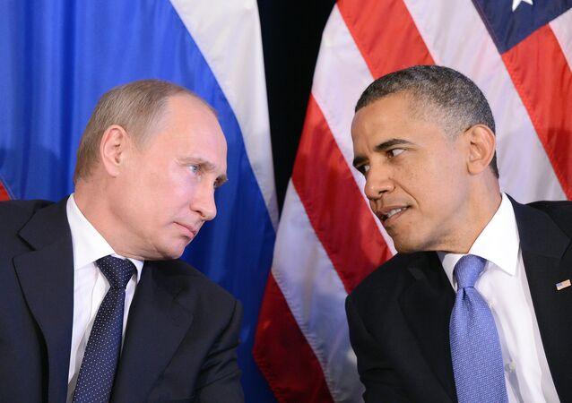 O presidente dos EUA, Barack Obama, ouve o presidente da Rússia, Vladimir Putin