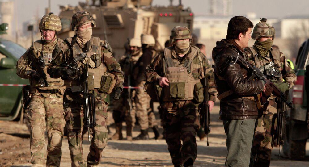 Agentes das forças de segurança afegãs com soldados norte-americanos no Afeganistão