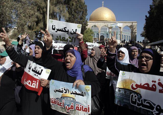 Mulheres palestinianas protestam em frente da Cúpula de Rocha em Jerusalém Oriental, 27 de setembro de 2015