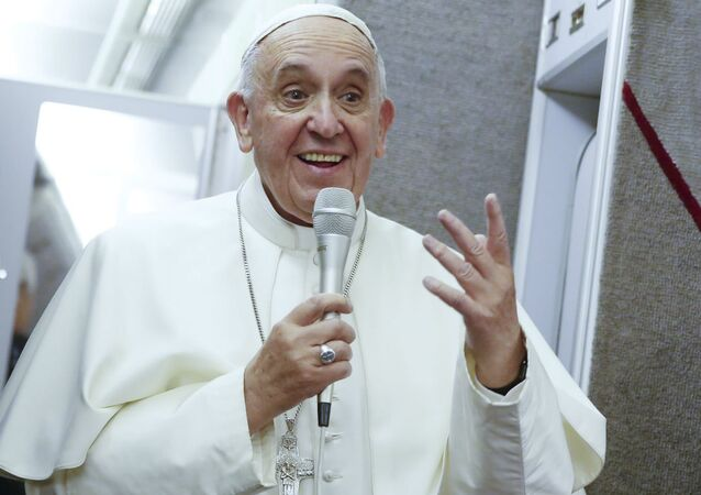 Papa Francisco durante voo de retorno a Roma vindo dos EUA.
