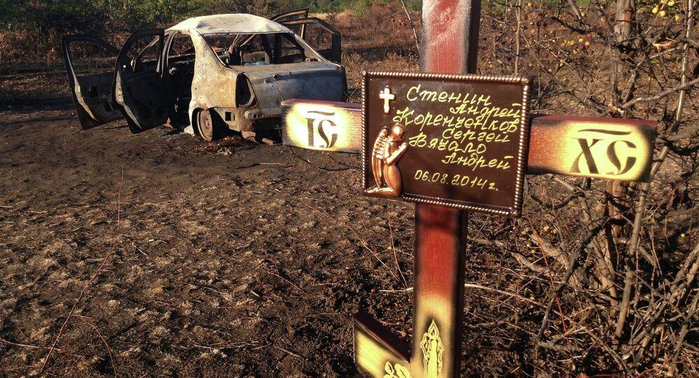 Cruz instalada por colegas do jornalista Andrei Stenin no local de sua morte, perto de Donetsk, Ucrânia (arquivo)
