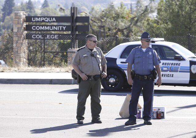 Policiais de guarda no local da chacina na Universidade Comunitária de Umpqua, em Rosenburg, Oregon
