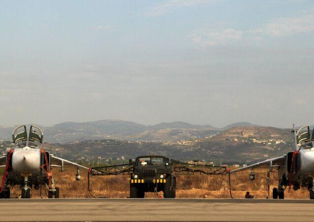 Su-24 russos na base russa perto de Latakia, na Síria