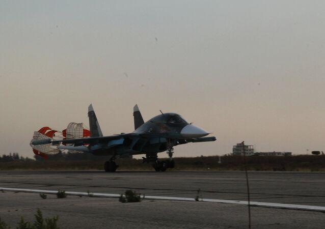 Um Su-34 pousa na base aérea de Hmeimim, na Síria