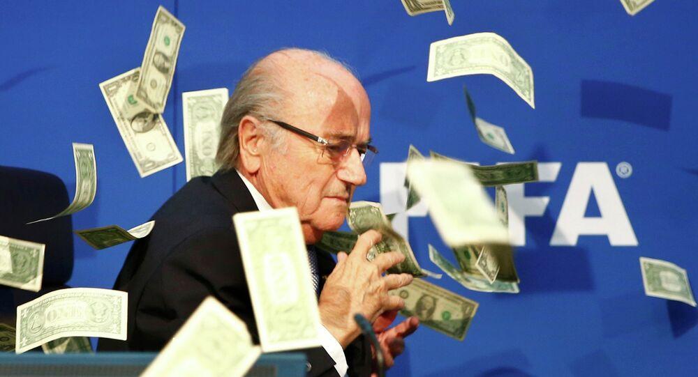Notas são atiradas sobre o presidente da FIFA, Joseph S. Blatter, em 20 de julho de 2015