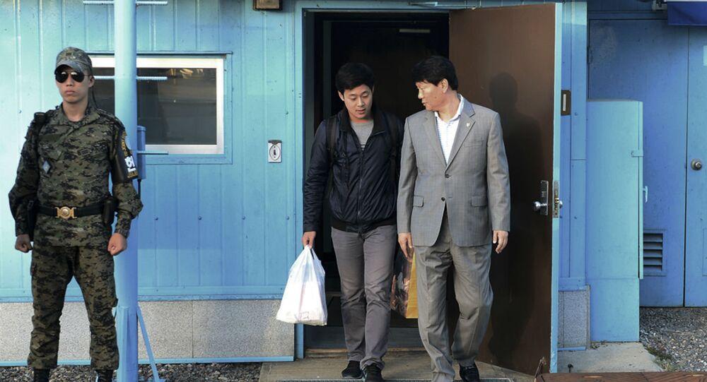 O universitário sul-coreano Joo Won-moon foi liberado pela Coreia do Norte na fronteira.